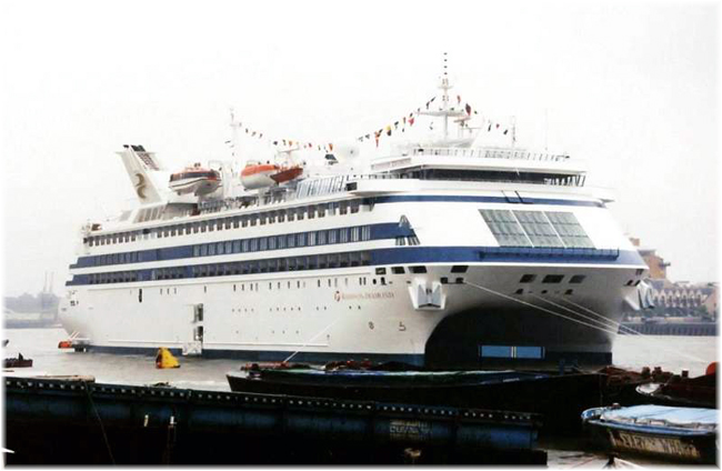 The first significant cruise ship to be commissioned in London was the 20,295-ton 354-berth Radisson Diamond in June 1982